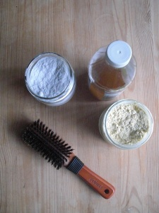 Les bases du no-poo: bicarbonate de sodium, vinaigre de cidre de pommes, fécule de maïs et brosse à poils © Échos verts