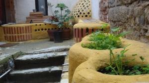 Terrasse meublée grâce à des déchets © L. Libre