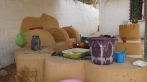 Fauteuils et tables faits de déchets © L. Libre