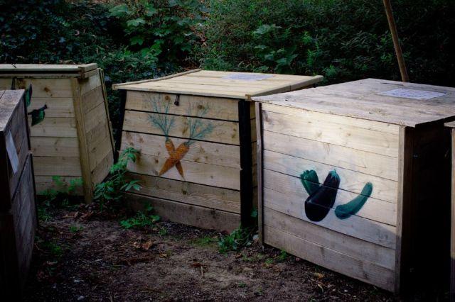 Les 3 bacs de compostage © J.J. Fasquel