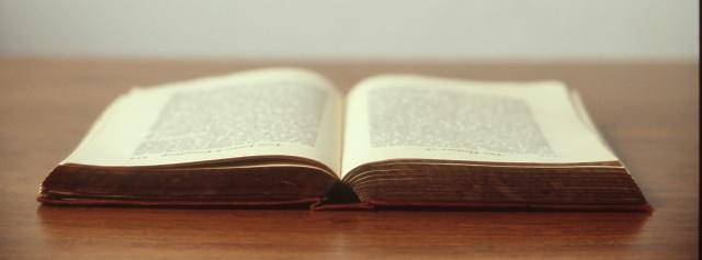 Vieux livre source unsplash
